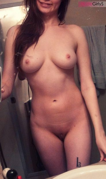 Naked Vermillion_Kitten selfie in her bathroom