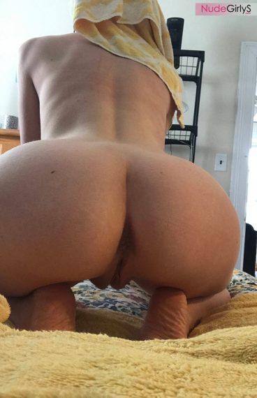 Beautiful juicy Aloe Goddess big butt bent on bed