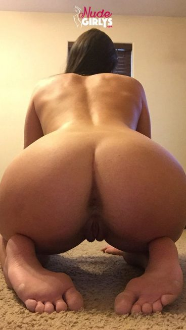 Hot nude bent over pussy goddess picture on her knees