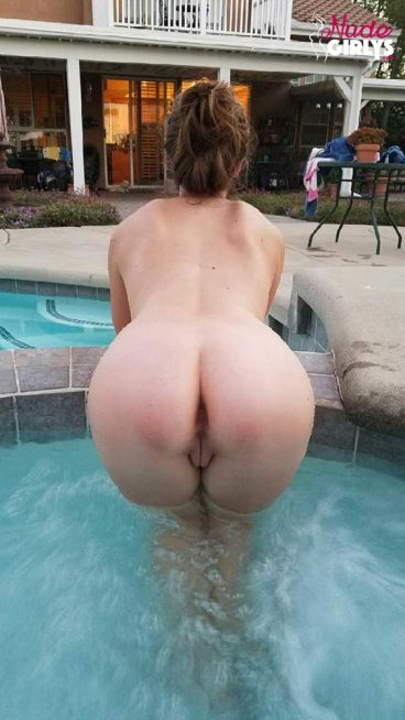 Irresistable sexy nude ass pussy GF in swimmingpool teasing