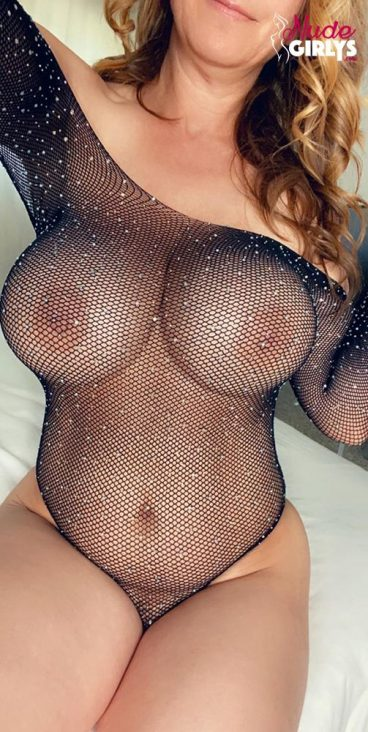 Thick booty bigboobs mom fishnet selfie